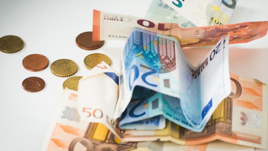 Un passant honnête rend un sac avec 16.000 euros à l'intérieur