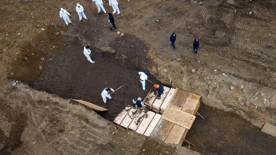 Dans l'état de New-York, des détenus enterrent des corps des ...