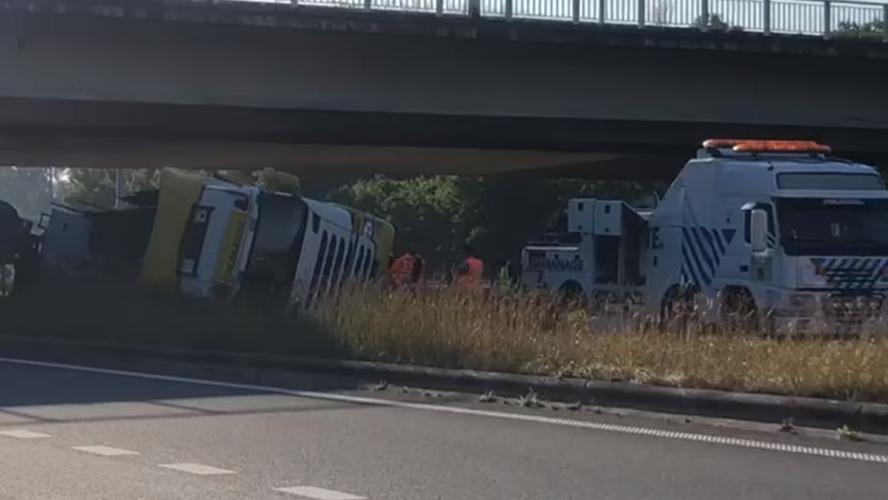 Dos accidentes en el E17 este miércoles por la mañana: uno muerto y otro gravemente herido después de una colisión entre cuatro camiones, la hora punta interrumpida (video)