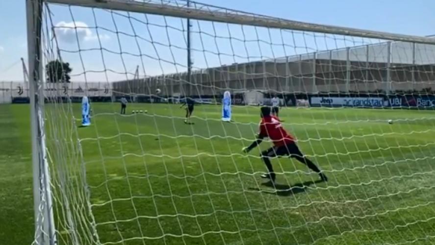 Cristiano Ronaldo martyrise un gardien de la Juventus Turin à l'entraînement — Vidéo