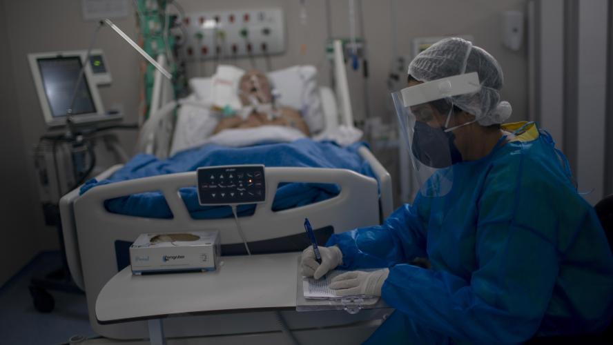 Il sort de son coma et apprend que toute sa famille est morte du Covid-19