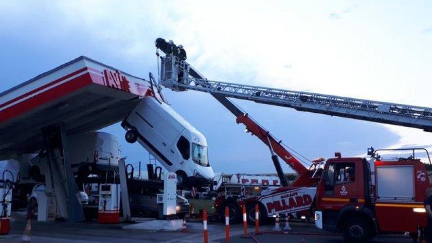 Marne : un poids lourd s'encastre sous le toit d'une station-service