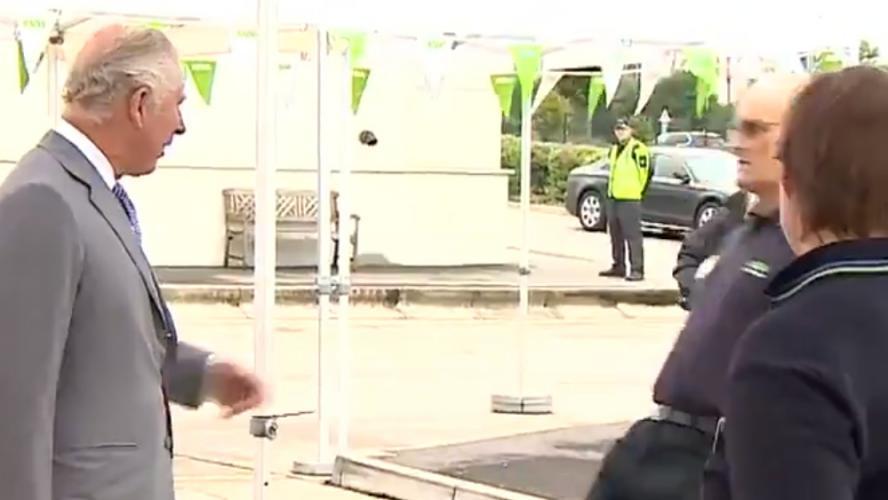 Un travailleur s'effondre devant le prince Charles en pleine visite officielle