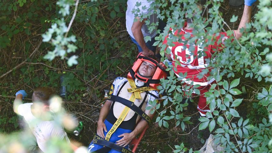 Un cycliste frôle la mort lors d'une chute — Tour de Lombardie