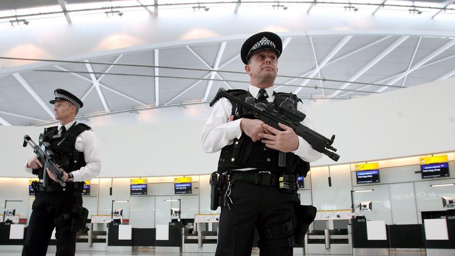 Un vol Ryanair escorté par des avions de chasse, deux arrestations pour terrorisme à l'aéroport de Londres