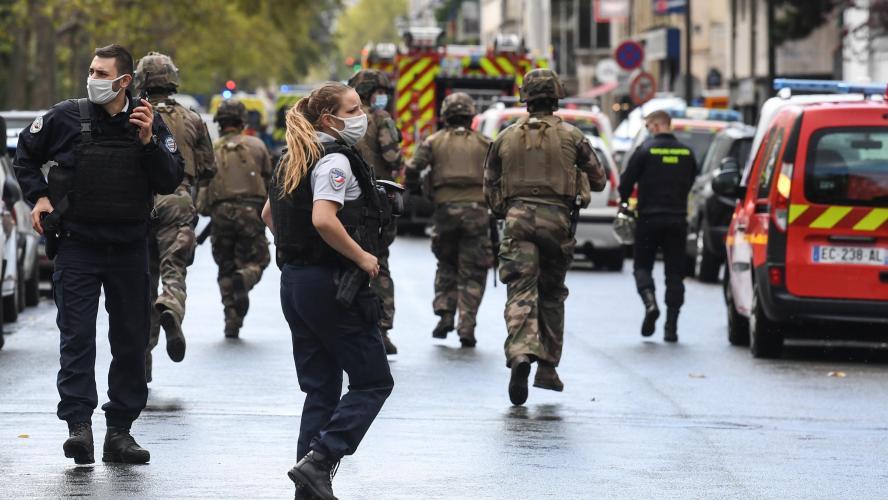 Attaque à la machette près des anciens locaux de Charlie Hebdo: deux blessés et deux suspects arrêtés, le parquet antiterroriste saisi!