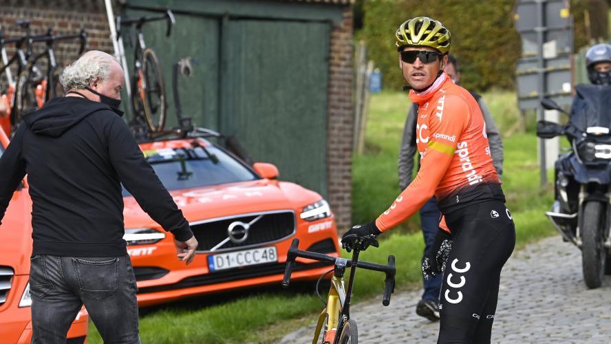 Tour des Flandres | Julian Alaphilippe heurte une moto et chute