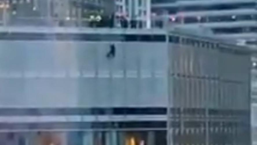 Un homme suspendu à la Trump Tower demande de parler au président — Chicago