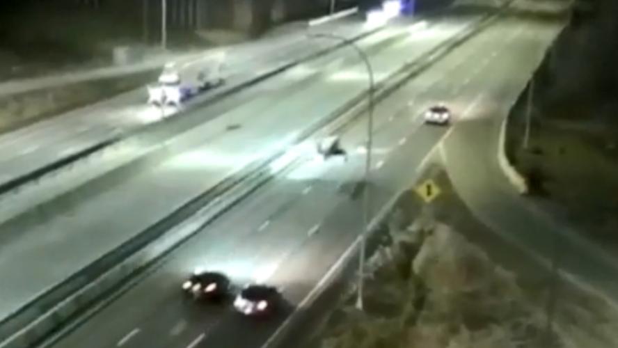 Atterrissage d'urgence d'un petit avion sur l'autoroute, un SUV percuté — Vidéo