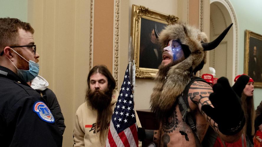 Insurrection à Washington: déguisé en Indien, ce manifestant pro-Trump a beaucoup amusé la toile, mais ce n'est pas n'importe qui… (photos)