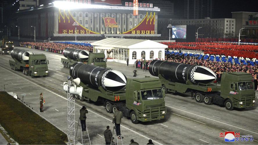 La Corée du Nord dévoile un nouveau missile balistique lors d'une parade militaire: «L'arme la plus puissante du monde» (photos)