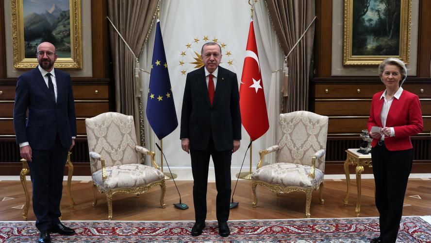 Dix anciens militaires arrêtés pour avoir critiqué un projet d'Erdogan — Turquie