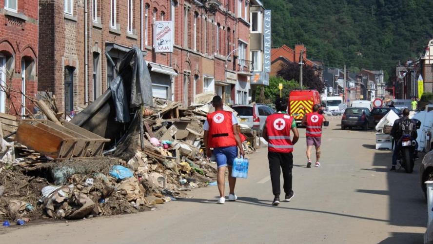 Intempéries: la Croix-Rouge distribue des repas chauds aux victimes des inondations via des foodtrucks
