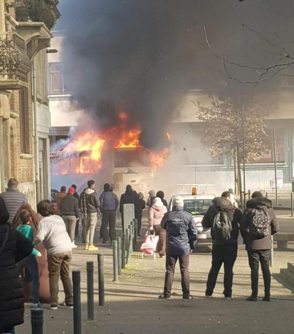 Un Bus Scolaire En Feu Devant La Piscine De Schaerbeek L Incendie A